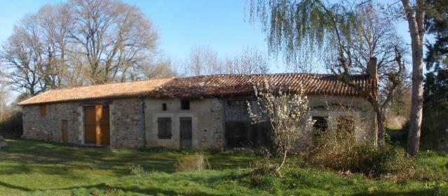 Isolated farmhouse and barns for sale in France