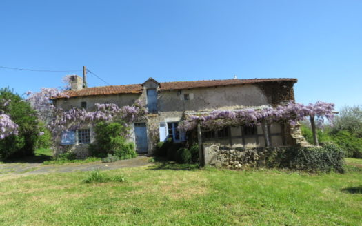 Farmhouse for sale near Montmorillon France Reference : 70405