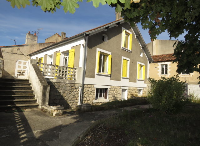 Townhouse for sale in Montmorillon France Reference : 71007