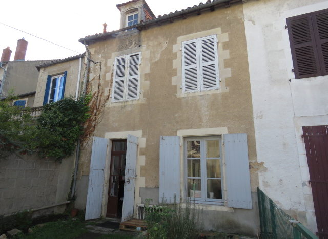 Townhouse for sale in Montmorillon France Reference : 71004