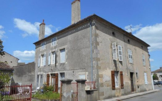 Townhouse for sale near Montmorillon France Reference : 80503