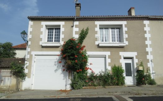 Townhouse for sale near Montmorillon France Reference : 80803