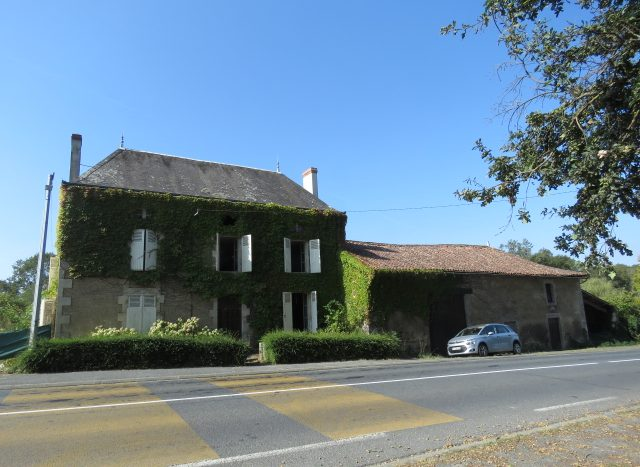 Character house for sale near Montmorillon France Reference : 80908