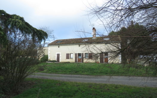Farmhouse for sale near Montmorillon France Reference : 90102