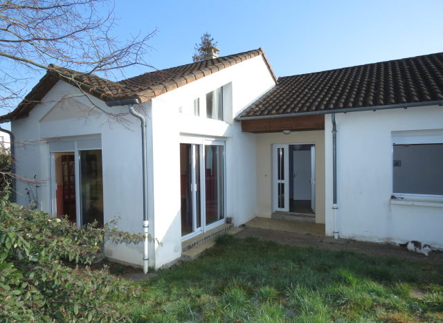 Townhouse for sale near Montmorillon France Reference : 90202